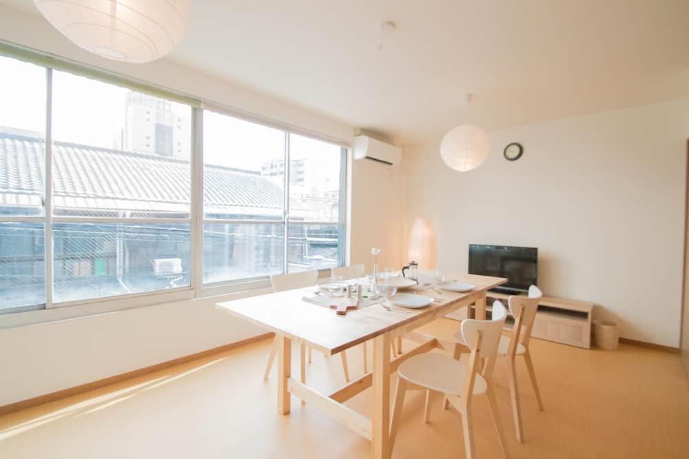 דירה משפחתית - אזור אוכל בחדר
