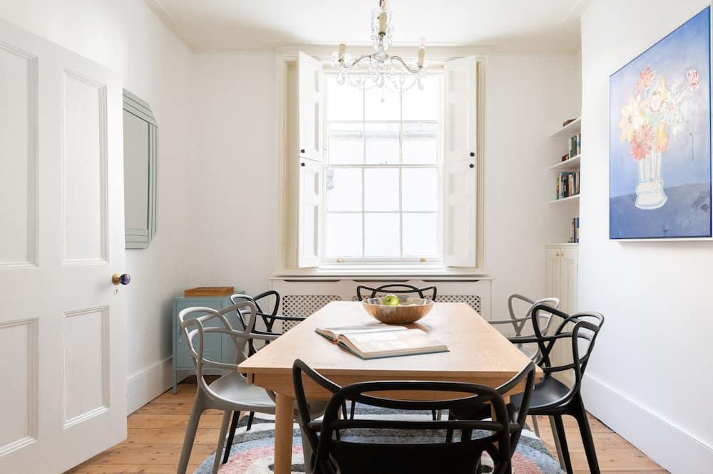 House (4 Bedrooms) - Tempat Makan dalam Bilik
