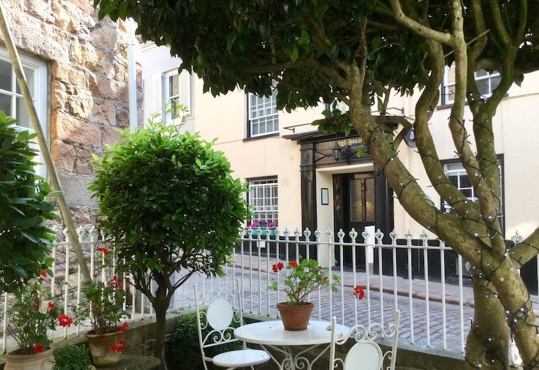 Fabulous Apt Historic House St Aubin, St. Brelade, Courtyard