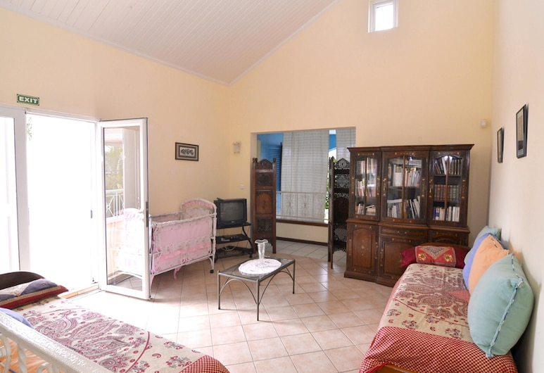 Villa With 7 Bedrooms in Trou D'eau Douce, Flacq, With Wonderful sea View, Private Pool, Enclosed Garden, טרו ד'או דוס, סלון