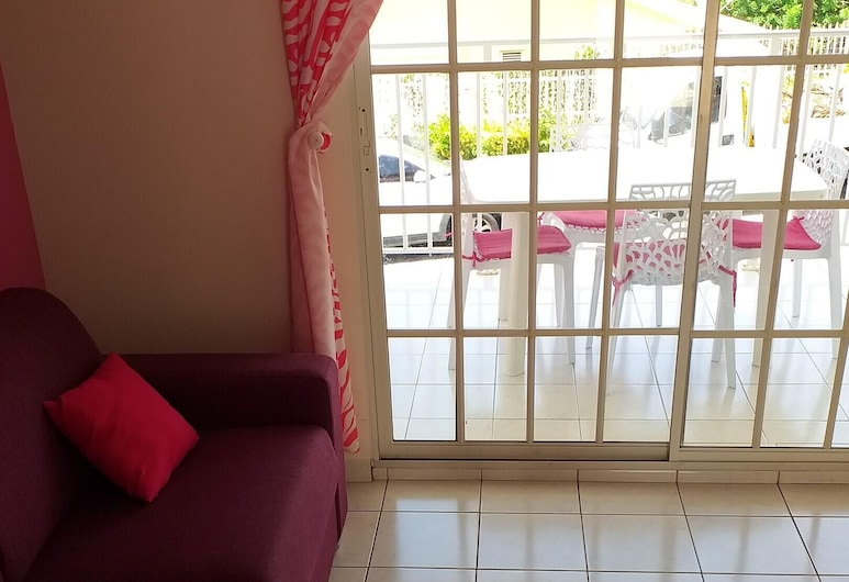 Apartment With one Bedroom in Sainte-anne, With Shared Pool, Enclosed Garden and Wifi - 3 km From the Beach, سانت آن, غرفة معيشة