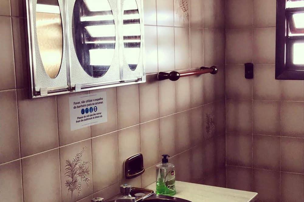 Shared Dormitory, Men only (8 Camas) - Bilik mandi