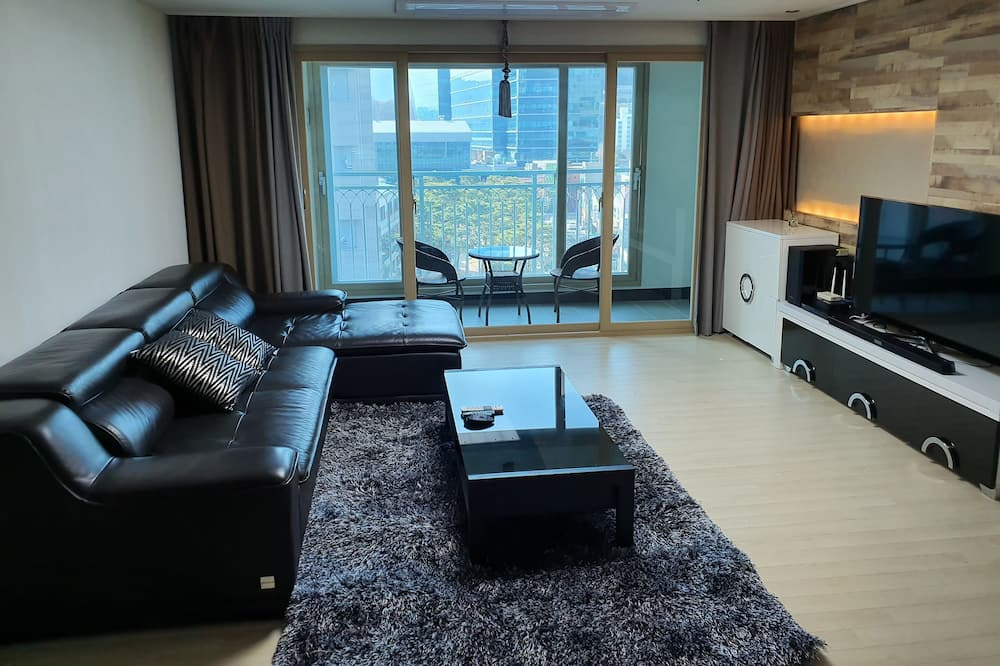Family House, City View - Living Room