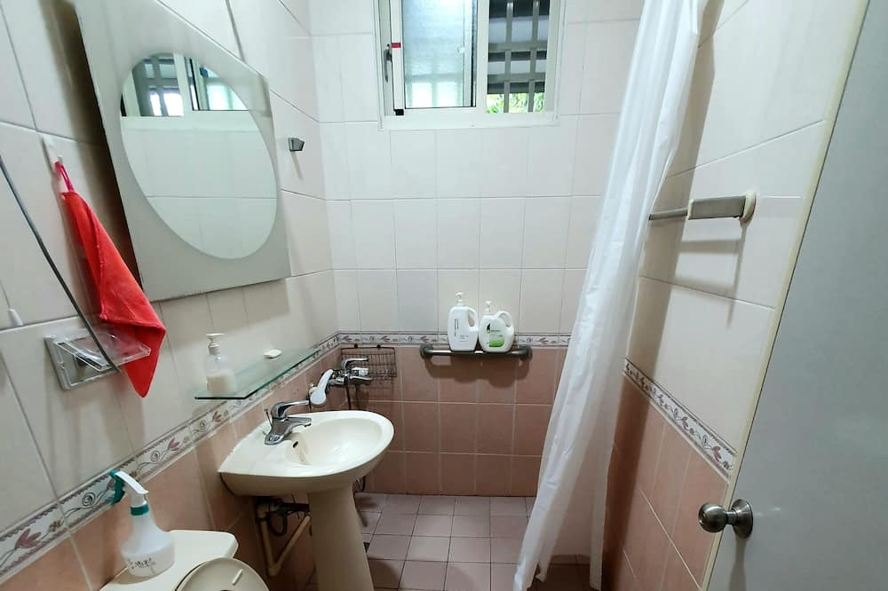 基本四人房 - 共用浴室