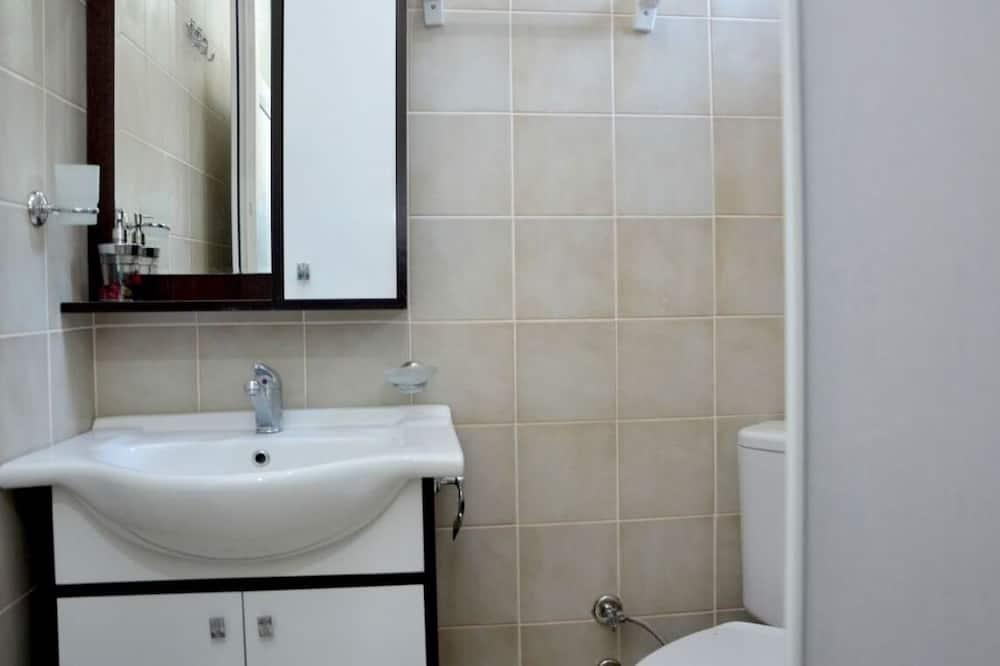 Standardværelse med dobbeltseng eller 2 enkeltsenge - have-område - Badeværelse