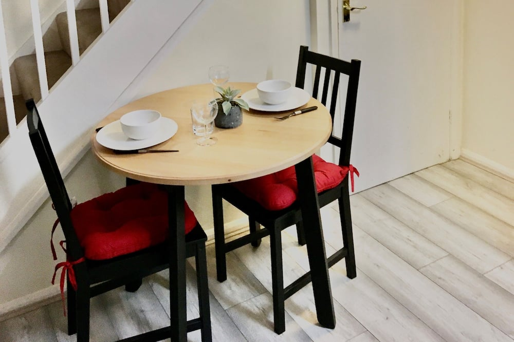 2 Bedroom House - In-Room Dining