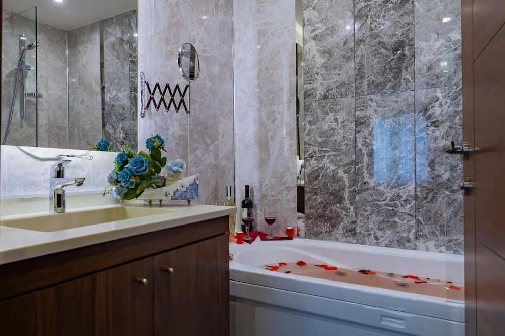 Family Suite - Private spa tub