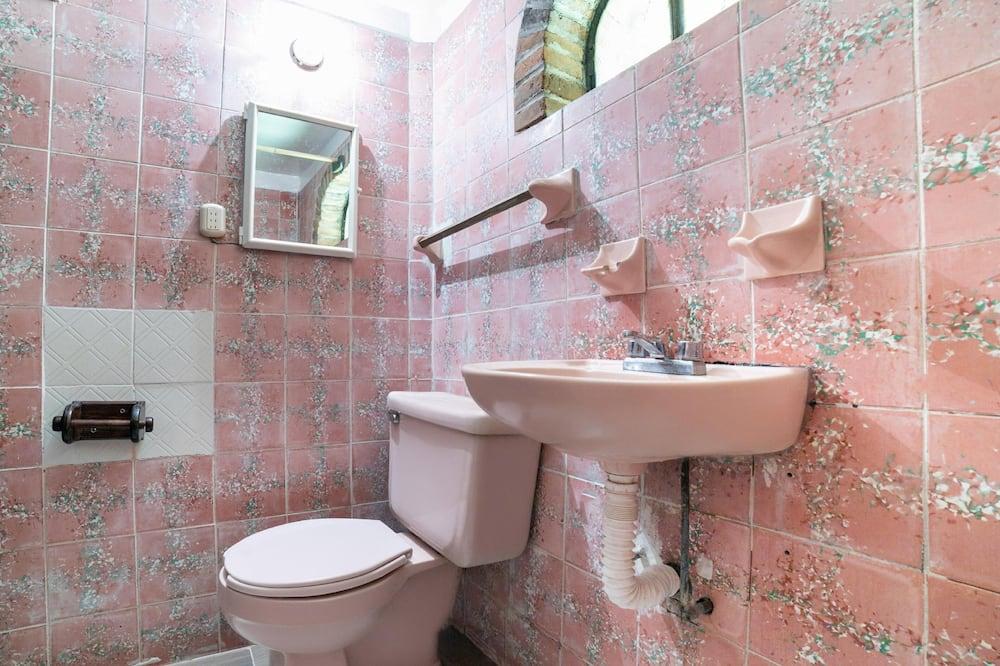 Standardní pokoj, více lůžek - Koupelna