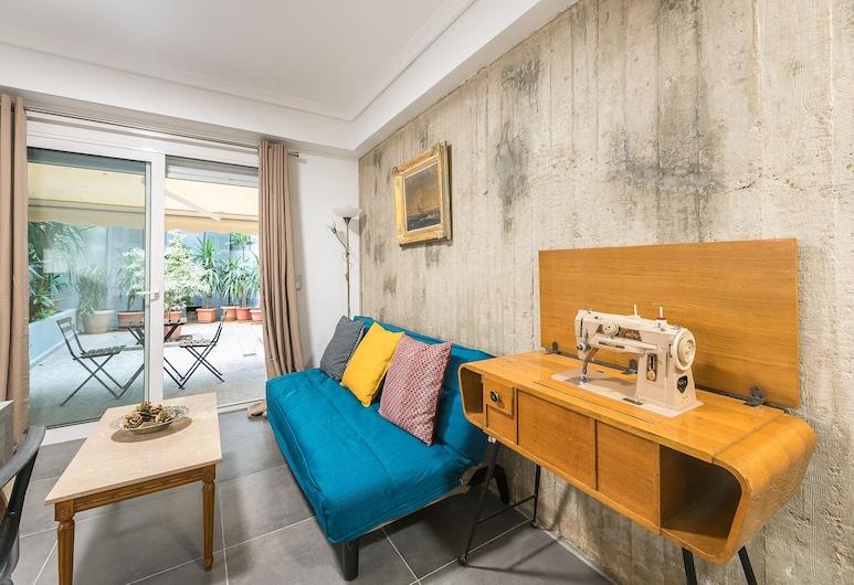 Industrial Style Home in a Vibrant Neighborhood  by Cloudkeys, Atény