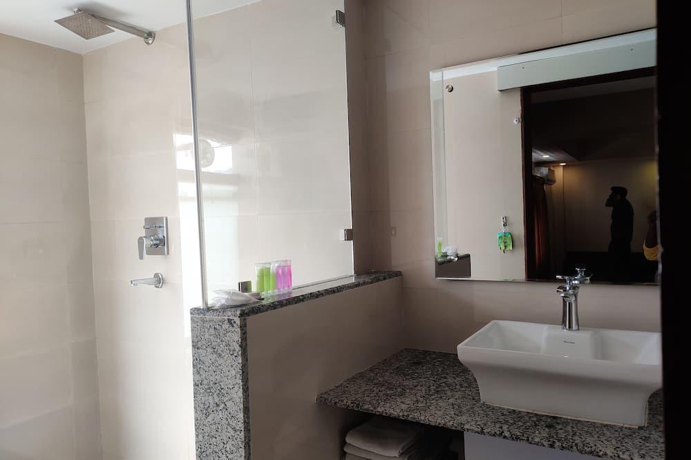 Executive-værelse med dobbeltseng eller 2 enkeltsenge - Bruser på badeværelset