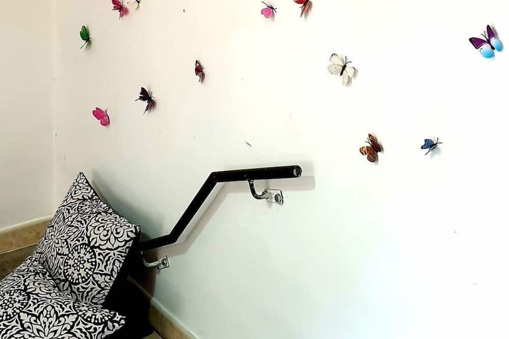 Двухместный номер базового типа с 1 двуспальной кроватью, общая ванная комната (Butterfly) - Номер