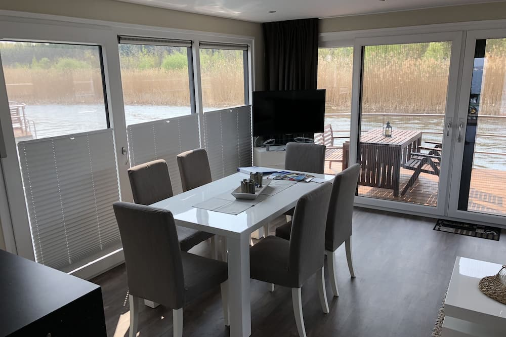 Hausboot - Essbereich im Zimmer