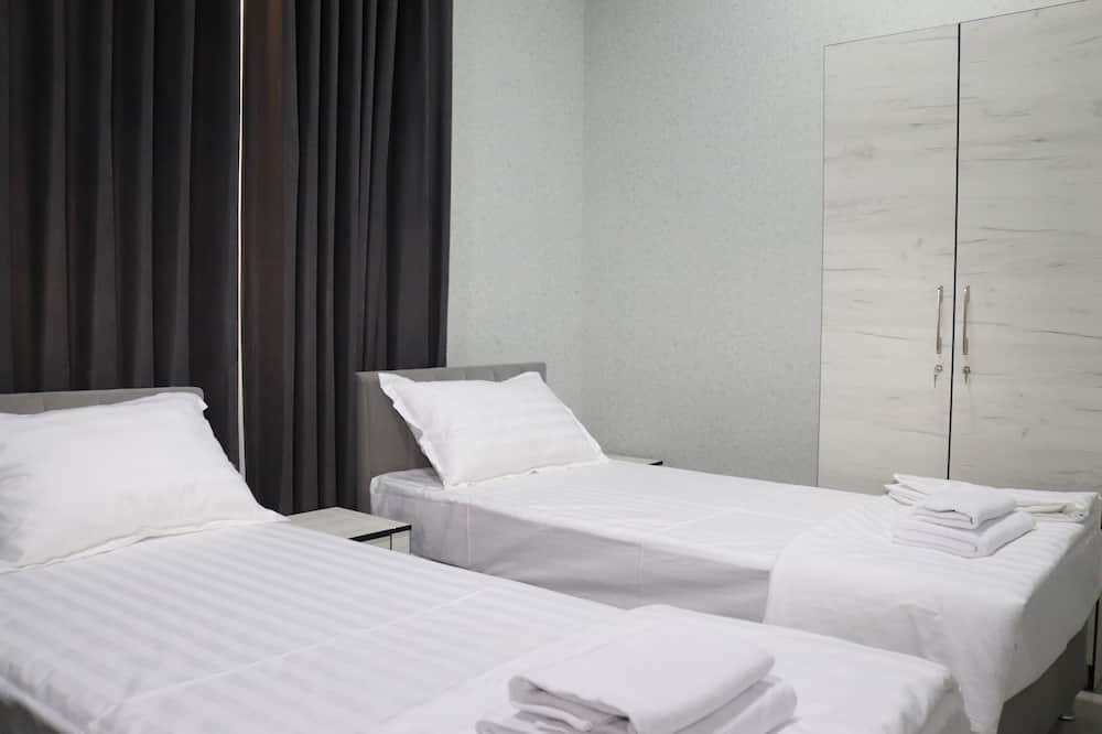 Kambarys (1 dvigulė / 2 viengulės lovos), bendras vonios kambarys - Svečių kambarys