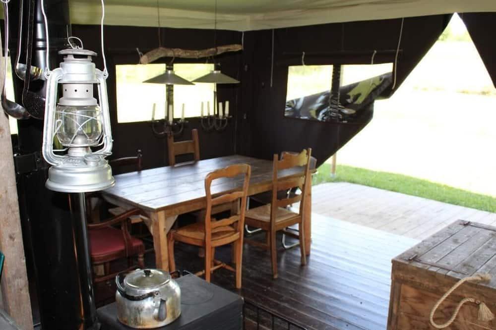 خيمة - تناول الطعام داخل الغرفة