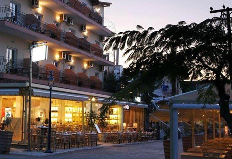 Plaza Hotel, Кассандра, Фасад готелю (вечір/ніч)