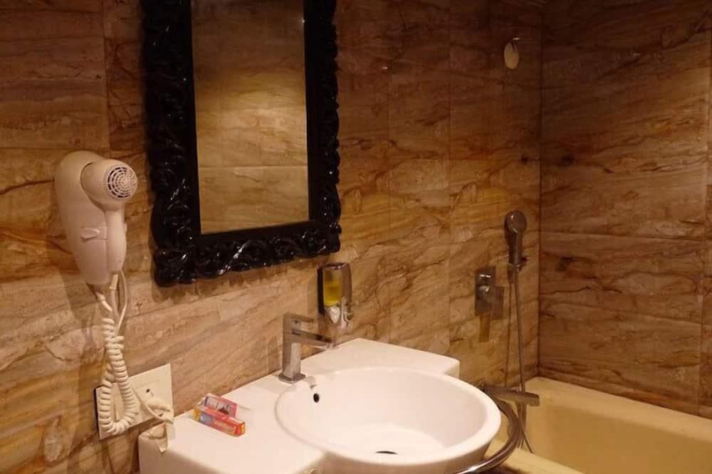 Aukštesnės klasės kambarys (1 dvigulė / 2 viengulės lovos) - Vonios kambarys