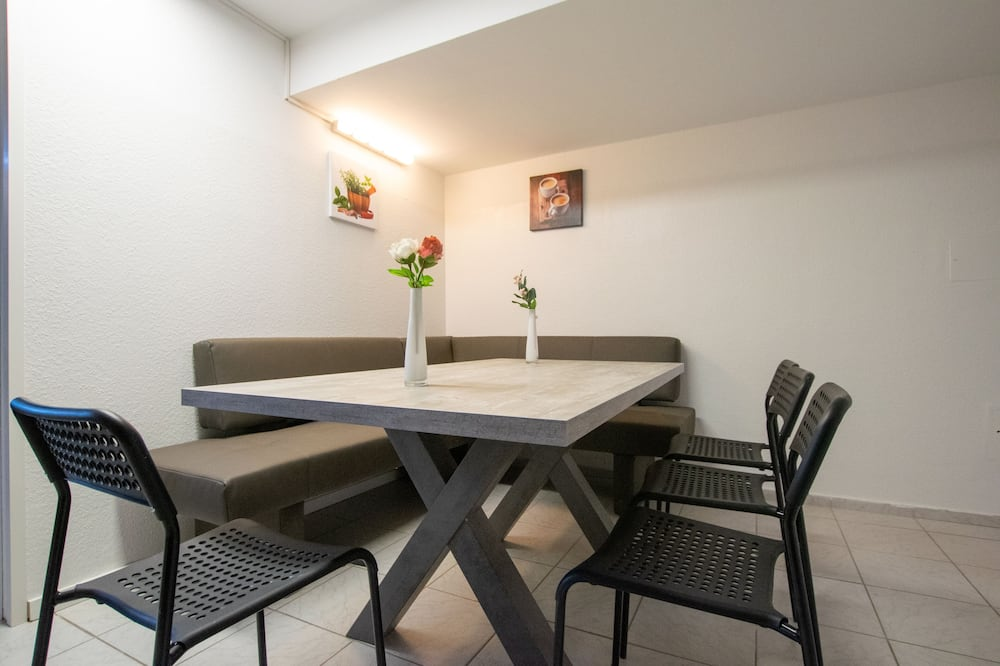 Convenient 4 Room Apartment - In-Room Dining