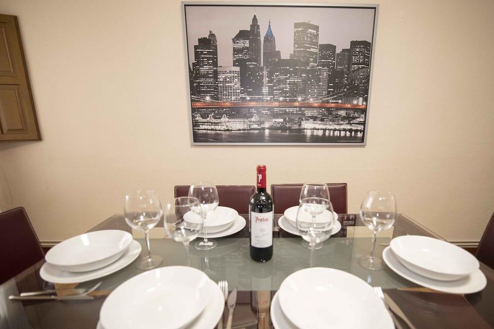 Apartment, 3 Bedrooms - Tempat Makan dalam Bilik