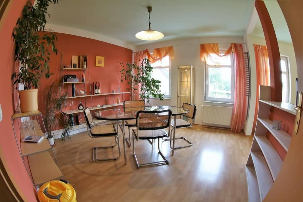 Kambarys šeimai, vonia - Svetainės zona