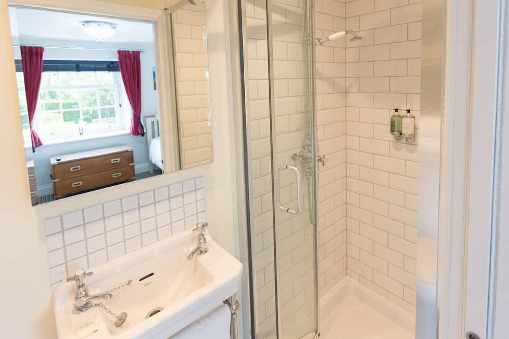 غرفة لفردين - بحمام داخل الغرفة - حمّام