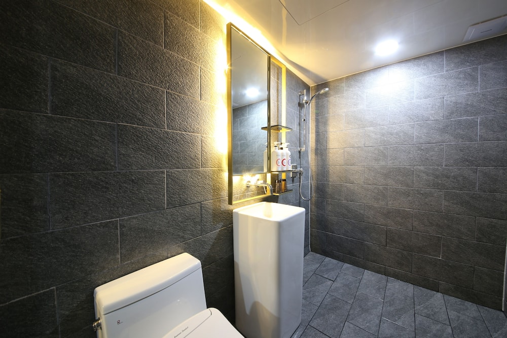 Standard Double Room (No Breakfast provided on Mondays) - Fürdőszoba