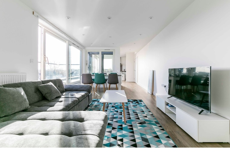 New-built Rooftop Penthouse for 7, Cambridge