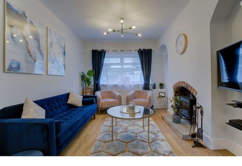 Beautiful 3BR House Cheadle Super Road Links MCR, Cheadle, House (3 Bedrooms), Living Room