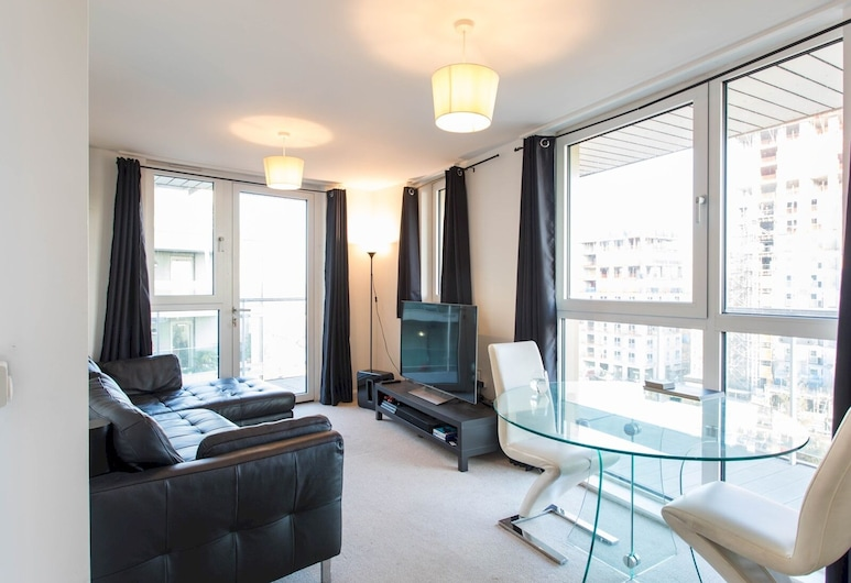 Sophisticated & Well Connected Riverside 2BR, London