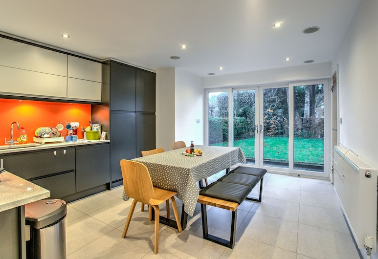Modern Massive Family Home South Manchester, Manchester, House (3 Bedrooms), Room