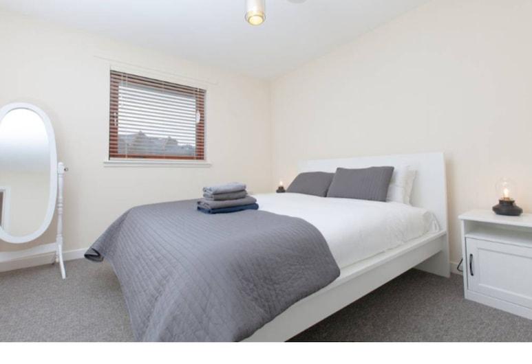 Two Bed Modern Apartment Near Haymarket, Edinburgh