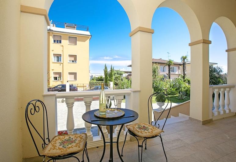 Villa Mimosa - Apt 1, ديسينزانو ديل جاردا, شقة - غرفتا نوم - برواق, تِراس/ فناء مرصوف