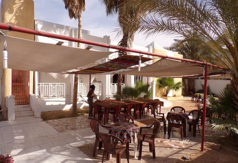 Le Triskell Auberge - Hostel, Nouakchott, Utendørsservering