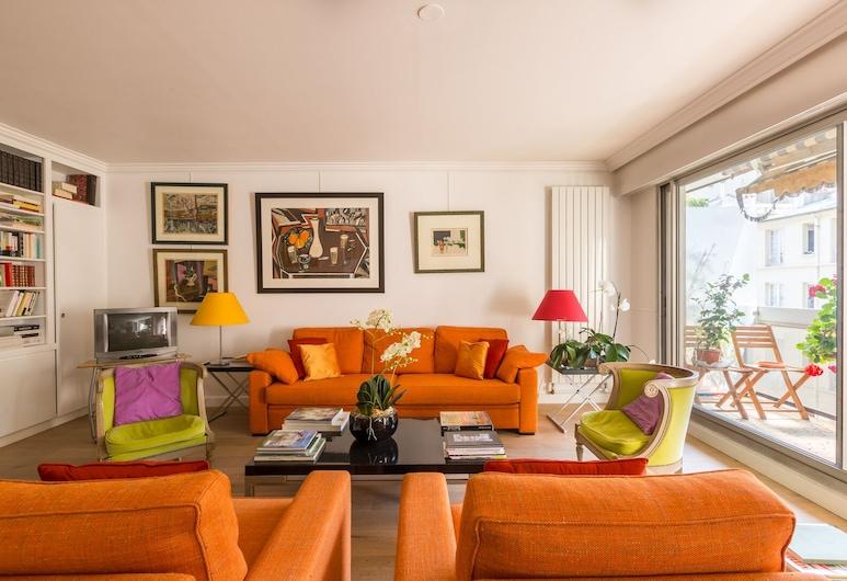 An Orange Ember, Parīze