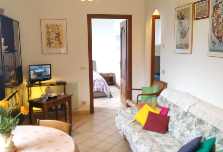 Apartment With 2 Bedrooms in Ospedaletti, With Enclosed Garden - 200 m From the Beach, Ospedaletti, Apartment, Garden View, Room