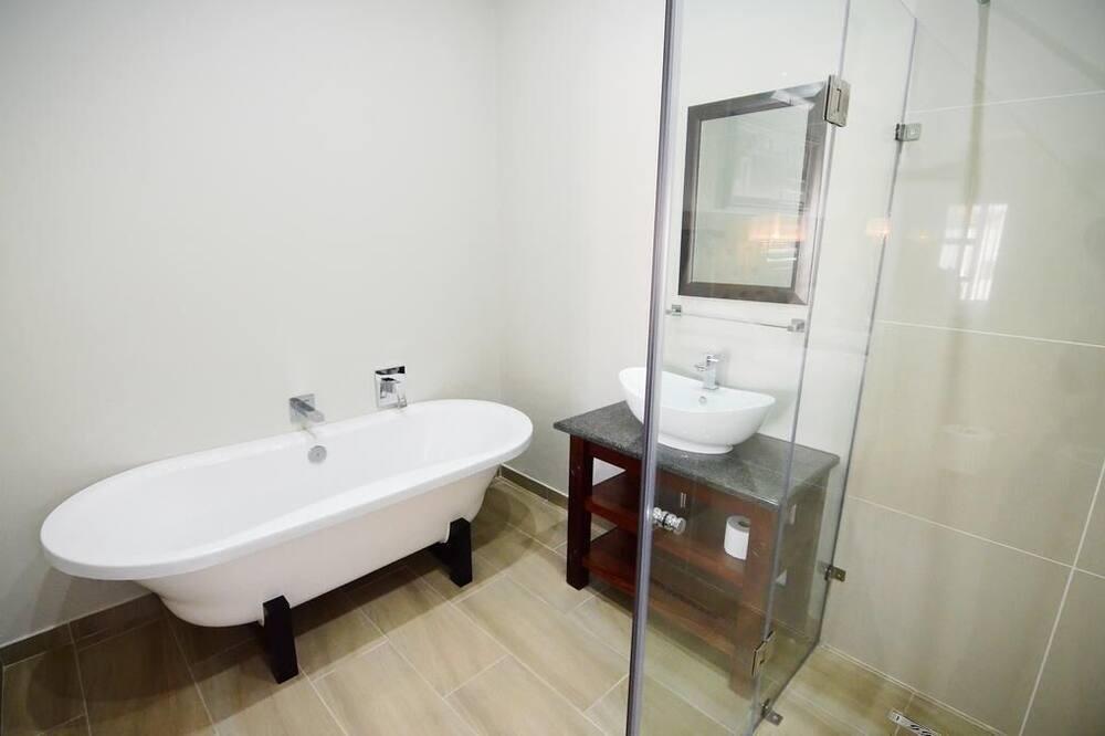 Deluxe Queen - Room 3 (4) - Bathroom