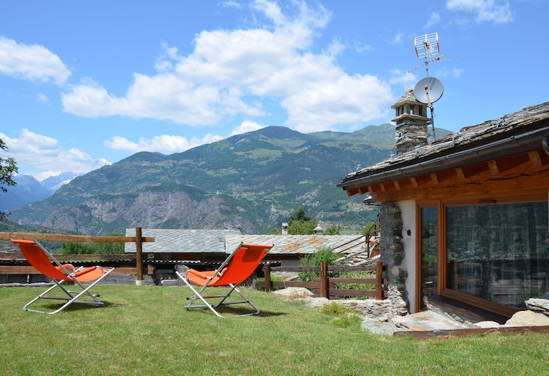 Holiday House With Garden and Enchanting View, Villeneuve