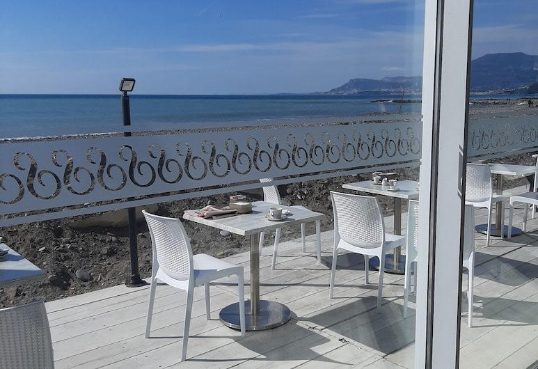 Apartment With Private Terrace, Centrally Located and Convenient to the sea, Vallecrosia, Balkón