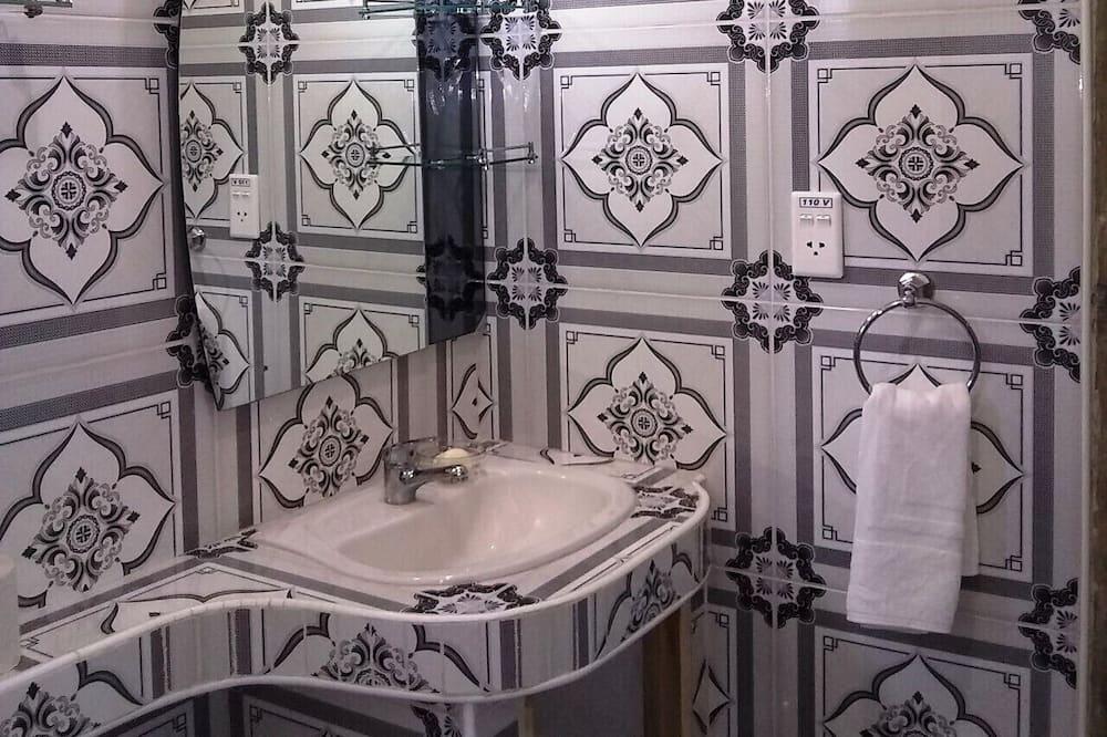 Phòng 4 tiện nghi đơn giản - Phòng tắm