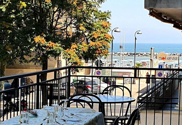 Lively Hotel, Bellaria-Igea Marina, Einestamine vabas õhus