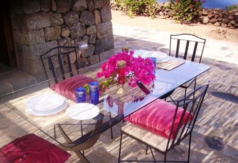 Studio in Pantelleria, With Wonderful sea View and Furnished Garden, Pantelleria, Terraza o patio