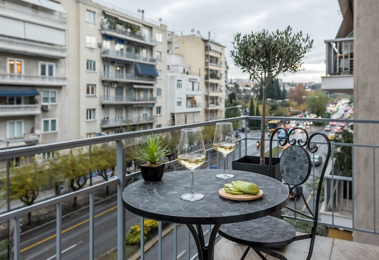 De Minimis - a Chic 3BR Downtown Apartment, أثينا, شُرفة