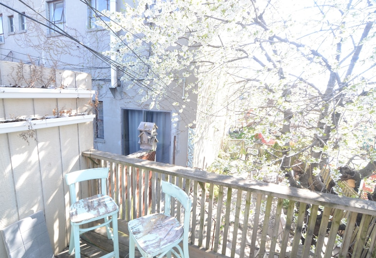 Comfortable Units in Little Portugal, Toronto, Comfort appartement, Balkon
