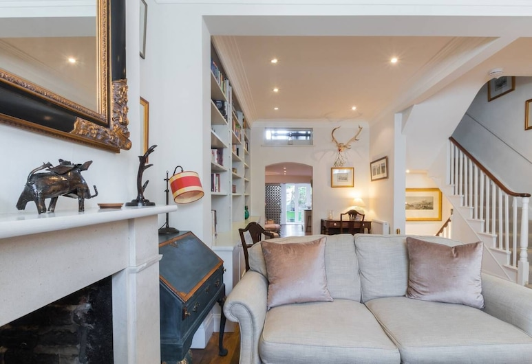 Fulham 4-bed House & Garden, 5 Mins From Tube, London, Ferienhaus (4 Bedrooms), Wohnzimmer