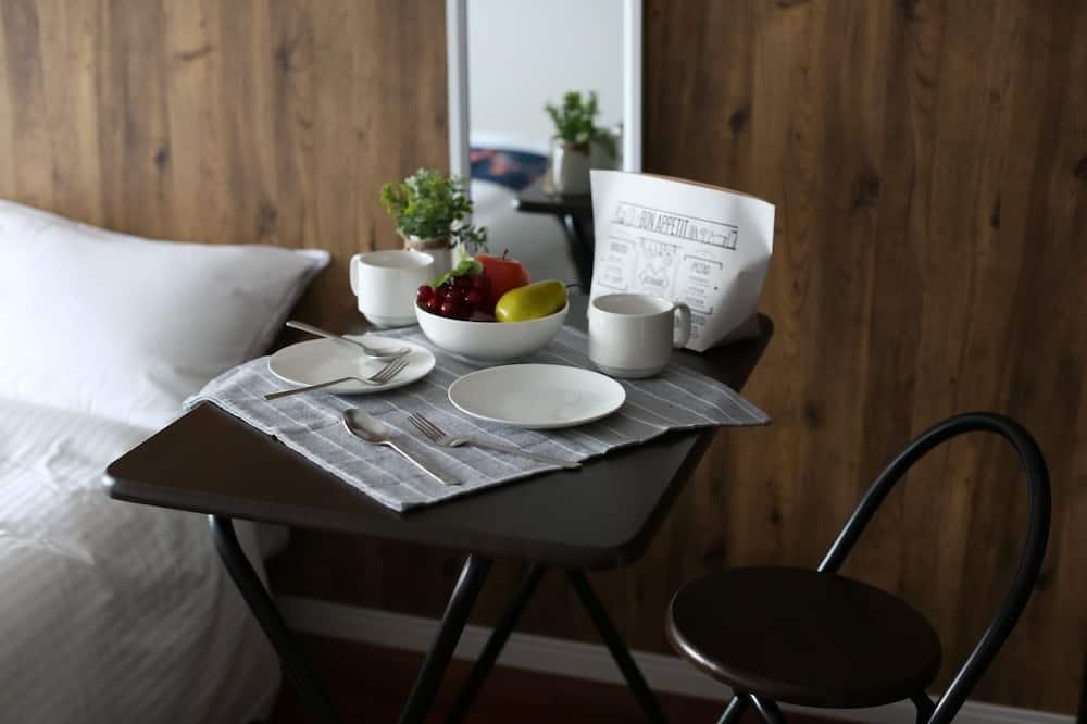 Basic-Zweibettzimmer - Essbereich im Zimmer