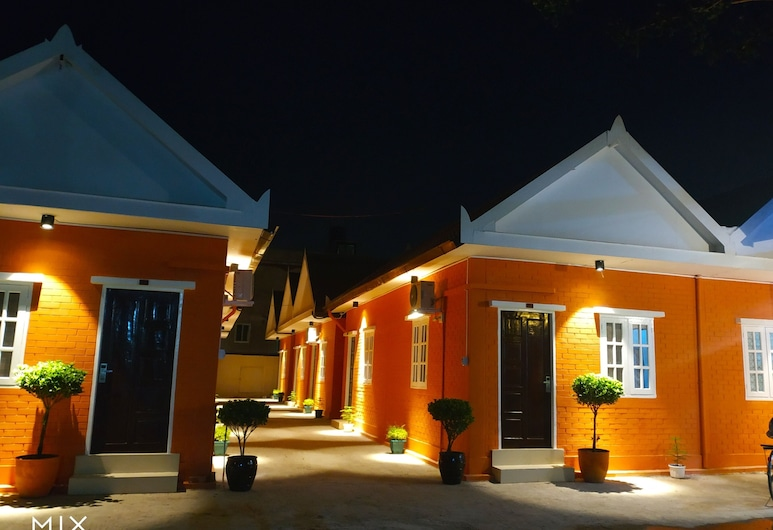 Sunrise Square Motel, Yangon, Hotelfassade am Abend/bei Nacht