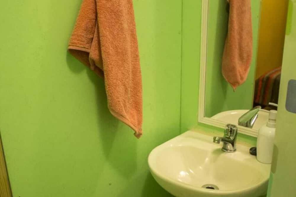 Keturvietis kambarys - Vonios kambario kriauklė