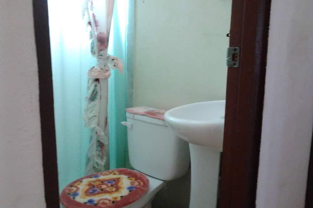 Chambre Familiale, salle de bains commune (AC) - Salle de bain