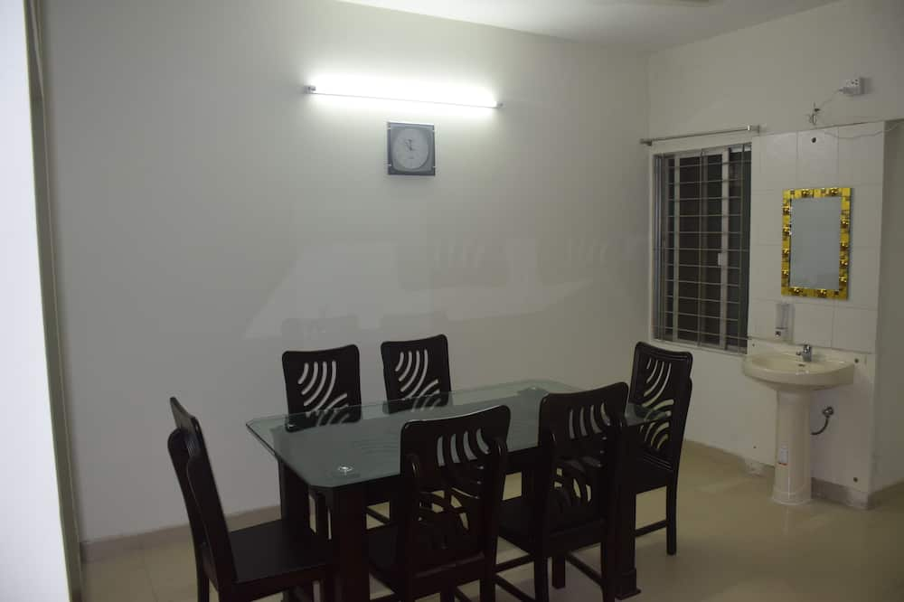 Deluxe Twin Room, 2 Twin Beds, Smoking, City View - In-Room Dining