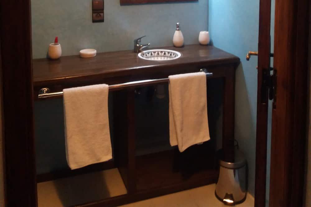 Deluxe szoba kétszemélyes vagy két külön ággyal, 1 king (extra méretű) franciaágy, erkély - Mosdó a fürdőszobában