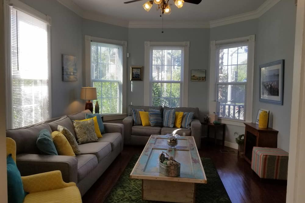 House, 3 Bedrooms, 2 Bathrooms - Living Area